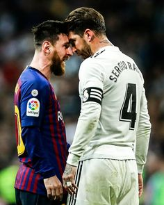 Messi & Ramos squaring up. Messi has a lot of balls 😂😂😂 Messi Vs, Messi Soccer, Funny Soccer Memes, Barcelona Vs Real Madrid, Real Madrid Wallpapers, Lionel Messi Barcelona, Sport Nutrition, Real Madrid Football, Football Players