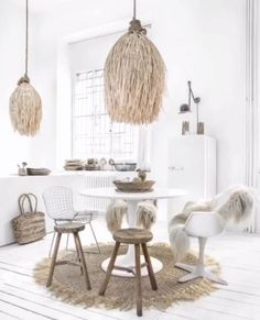 Be inspired by our stylish rattan pendant lamp that creates atmosphere with its irresistible boho look. It gives a cozy light to your living room, bedroom or in a covered outside area. 1930s House Interior, Home Interior, Interior Design Living Room, Living Room Designs, Deco Bobo Chic, Deco Boheme Chic, Deco Studio, Scandinavian Interior, My New Room