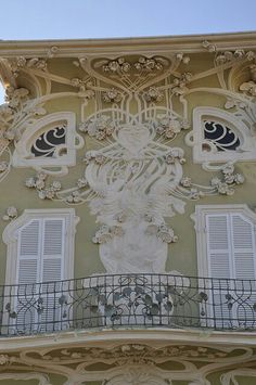 Fachada Art Nouveau de recargado cuasi barroco en la villa Ruggeri, Pessaro, Italy.