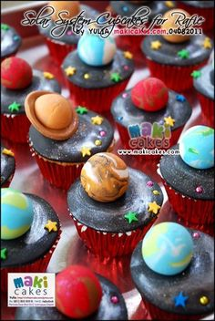 Planets cupcakes- Would be cool for a birthday party. Little planets on dark chocolate cupcake! Bolo Do Sistema Solar, Fun Cupcakes, Cupcake Cakes, Space Cupcakes, Solar System Cake, Planet Cake, Astronaut Party, Outer Space Party, Space Food