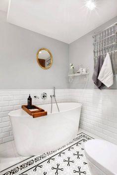 Biało-szara łazienka z drewnianymi akcentami - Lovingit.pl