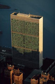 - Le Secrétariat des Nations Unies (ONU), Turtle Bay, Manhattan, New York, États-Unis.