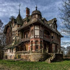 Abandoned mansion in Belgium. Photo by Bram Zanden