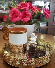 Nadire Atas on Cafe , Tea, Desserts and Lovely Flowers Φωτογραφία Coffee Girl, I Love Coffee, Coffee Set, Chocolates, Arabic Coffee, Turkish Coffee, Coffee Cafe, Coffee Drinks, Good Morning Coffee