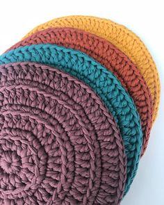 Crochet Kitchen Rug: Sets of Rugs and Walkthroughs Crochet Slipper Pattern, Crochet Basket Pattern, Crochet Slippers, Crochet Patterns, Crochet Laptop Case, Crochet Case, Knit Crochet, Lampe Crochet, Knit Rug
