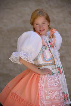 mvstudio.cz - kroje, které se nosí Bohemian Costume, Folk Festival, Beautiful Costumes, Folk Costume, Beautiful Patterns, Czech Republic, Traditional Dresses, Flower Girl Dresses, Prague Czech