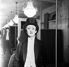 """Liva Weel på Revymuseet, udstillingen """"Hvem har bukserne på?"""""""