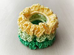 This is a super easy and quick project, suitable for beginners. The scrunchie holds hair tight thanks to a hair elastic inside. Baby Blanket Crochet, Crochet Baby, Free Crochet, Crochet Gifts, Crochet Santa, Quick Crochet, Cascade Yarn, Paintbox Yarn, Pattern Library