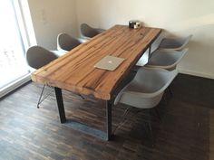 Bestellbar in vielen Größen.Beispiel:Tischplatte 160x80x5 inkl. Untergestell nach deiner Wahl ab 798,00 EURO.Die Tische werden aus 100% recyceltem Eichenholz - Bauholz aus Scheunen, Höfen oder Klostern hergestellt.Jeder Tisch ist ein Unikat mit unverwechselbarer, organischer Form.Oberfläche geölt, Natur belassen oder gewachst.Das Holz ist besäumt oder mit Baumkante bestellbar.Viele Größen sind sofort verfügbar!Für meine angebotenen Möbelstücke werden KEINE Bäume gefällt!VERSAND BUNDESWEIT…