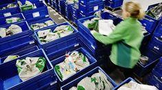 Noutoa odottavia kasseja Kannelmäen Prisman kauppakassien keräily- ja noutopalvelun varastossa talvella 2015.