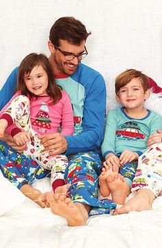 Pijama de manga y pantalón largo confeccionado ambos en algodón. Acabado con vivos colores y un estilo muy juvenil e informal. ENVIO GRATUITO