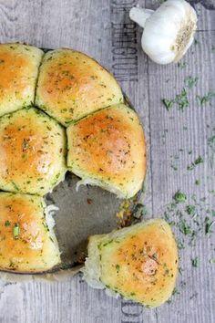 Rezepte mit Herz: Kräuterbutter - Zupfbrötchen mit Knusperboden ♡