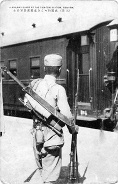 Chinese historic photos One of the most famous images of a Chinese soldier with a Dadao. Originally published as a postcard, the individual in this image is actually a railway guard.