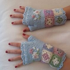 Last ones, promise... this ones was so much fun to do. Fingerless mittens from @ideasmagazine. Designed by @cornel_strydom Made with all kinds of leftovers as an informal crochet-along with my crochet-buddy @jeannebestbier31 #crochet #crochetaddict #crochetmittens #crochetgloves #crochetwristwarmers #stashbusting #greatgiftidea