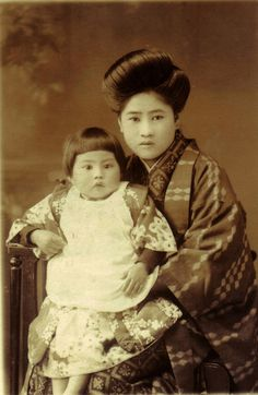 Beautiful 1910s portrait of a Mother and Daughter