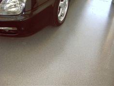 Superficie in resina impermeabilizzante realizzata per il pavimento esterno del garage di un'abitazione.