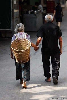 I love when old couples hold hands Vieux Couples, Old Couples, We Are The World, People Of The World, Forever Love, Forever Young, Grow Old With Me, Growing Old Together, Lasting Love