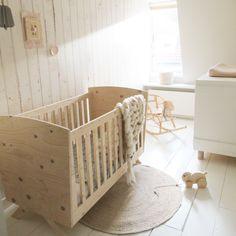 Ledikant underlayment - Commode wit Huis & Grietje #babykamer #ledikant #babybed #commode #babykamerstyling #houtentrekdier