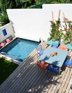 Une petite piscine dans un angle