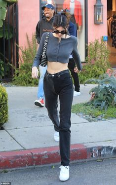 Comic relief: The friends shared a number of laughs as the made their way down the street. Kendall Jenner flaunted her svelte midriff in a revealing crop-top and jeans during casual day with friends in Los Angeles on Thursday. Mode Outfits, Casual Outfits, Fashion Outfits, Mode Pastel, Estilo Jenner, Magazine Mode, Outfits Damen, Kendall Jenner Outfits, Kendall Jenner Body