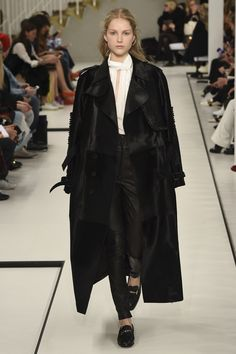Tod's Fall 2017 Ready-to-Wear collection, runway looks, beauty, models, and reviews.