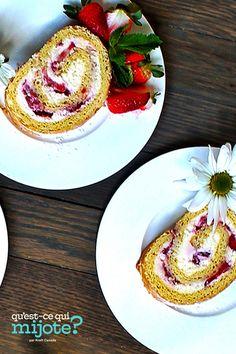 Gâteau roulé au fromage à la crème et aux fraises #recette 300 Calories, Delicious Desserts, Dessert Recipes, Fresh Mint Leaves, Baking Flour, Cooking Instructions, Cooking Recipes, What's Cooking, Strawberries