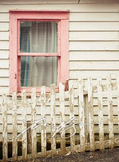 Oh my... an old Window and  Pink??? Be still my heart ♥