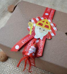 Kadootjes van #Sinterklaas mooi ingepakt met #pepernoten lint en #gelukspoppetje.