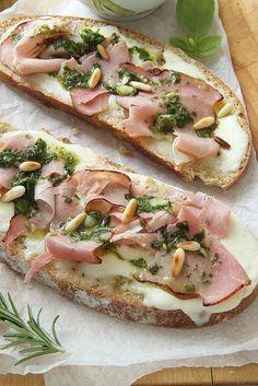 Ricetta delle bruschette di pane integrale con prosciutto cotto al basilico, crescenza e pesto leggero di basilico
