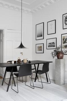 Ob klassisch-schlicht im Büro, farbenfroh im Kinderzimmer oder in der Küche über dem Esstisch - Die schwarze Semi Pendelleuchte von Gubi fügt sich mit ihrem geschwungenen Design in jedes Interior.