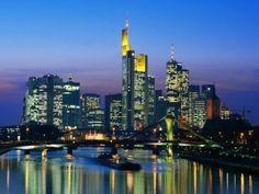 Wat zij zegt - Toen ik voor de eerste keer naar Frankfurt ging, voor de liefde, dacht ik een naargeestige Duitse betonstad te bezoeken. Het tegendeel bleek waar. In plaats van de gebruikelijke DDR-bunkers, wanstaltige jaren-zeventig flats en Oostblok-architectuur die je je bij een in de Tweede Wereldoorlog platgebombadeerde Duitse stad voor kan stellen, trof ik een bruisende Europese metropool.