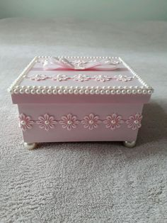 Personalised Wooden Box, Wooden Gift Boxes, Box Frame Art, Box Frames, Wood Laser Ideas, Cigar Box Projects, Pearl Crafts, Shabby Chic Wreath, Decoupage Box