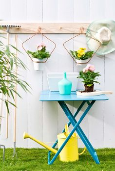 Why don't you make your own DIY colorful garden decor with the kids. This crafty project will add some bright ambiance to your garden. Diy Craft Projects, Diy Crafts, Backyard Plan, Backyard Ideas, Idee Diy, Diy Planters, Colorful Garden, Home Improvement Projects, Garden Inspiration