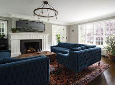 Синий диван в интерьере выглядит ярко и эффектно, некоторым может показаться даже вызывающим.  #диван #мебель http://mast2cust.ru