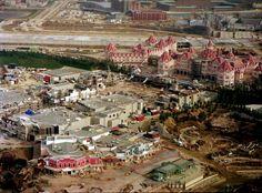 Construction de Disneyland Paris avec Frontierland en avant-plan.