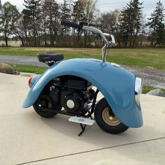 These cute Volkspods mini bikes are made from original Volkswagen Beetle parts. Brent Walter has taken original Volkswagen Beetle parts to create this… Mini Bike, Mini Motorbike, Coccinelle Volkswagen Vintage, Volkswagen Beetle Vintage, Volkswagen Bus, Vw Camper, Scooters Vespa, Motor Scooters, Motos Retro