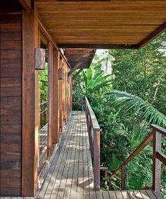 Na construção desta casa no litoral de São Paulo nenhuma árvore foi arrancada. A casa tem estrutura de madeira leve e envidraçada, aberta p...