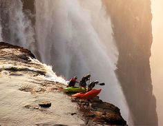 Whitewater Kayaking Extreme kayaking at Victoria Falls. - Whatever you do, don't look down. Chutes Victoria, Concours Photo, Livingstone, Whitewater Kayaking, Canoeing, Jolie Photo, Adventure Is Out There, Fun Adventure, Nature Adventure