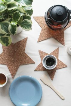 Design*Sponge DIY Project: Cork Trivets by Lindy Jacoby Com template para a forma de estrela Diy Gifts For Mom, Diy Mothers Day Gifts, Diy Craft Projects, Diy Crafts, Cork Trivet, Diy Coasters, Ideias Diy, Mother's Day Diy, Christmas Diy