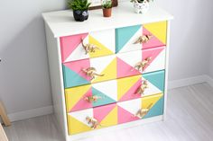 Aprenda a personalizar uma cômoda, ou outro móvel qualquer, que você tem aí na sua casa! Padrões geométricos e puxador dourado de dinossauro!!! ❤️