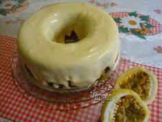O Bolo Mousse de Maracujá é fácil de fazer, fofinho e muito saboroso. Surpreenda toda a família com esse delicioso bolo! Veja Também:Bolo de Chocolate Cre