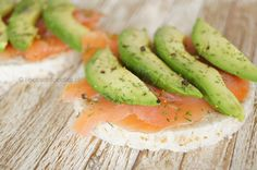#zalm #avocado #rijstwafel Healthy Snacks, Healthy Recipes, Avocado Hummus, Fresh Rolls, Celery, Cantaloupe, Foodies, Good Food, Appetizers
