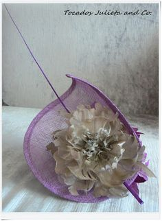 Tocado morado con flores Sinamay Hats, Millinery Hats, Fascinator Hats, Hair Fascinators, African Hats, Hat Blocks, Fascinator Hairstyles, Purple Outfits, Cocktail Hat