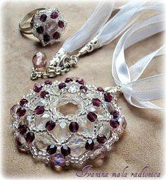 Medaljon ... staklene  češke perle  ...