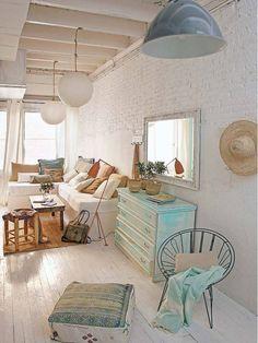 briques et poutres blanchies, meubles récup, coussins : un bel espace