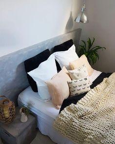 #casa #apartamento #apartamentopequeno #quartodecasal #quarto #decoracao #decoração #decor #designdeinteriores #cimentoqueimado #eyes #decoration #bedroom #bedroomdecor #interiør #industrial #boho #interiordesign #homedesign #homesweethome #room #pinterestinspired #almofadas #homedecor #instahome #instadecor