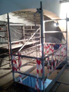 Demolición  Hueco en plataforma andamiada, para la retirada y bajada de escombros.