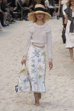 Chanel Spring 2019 Ready-to-Wear Collection - Vogue Haute Couture Style, Couture Mode, Couture Fashion, High Fashion Trends, Fashion Week, Fashion Outfits, Womens Fashion, Fashion 2017, Paris Fashion