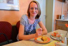 Klaudia mit Mohnkuchen in der Konditorei Spring in Augsburg