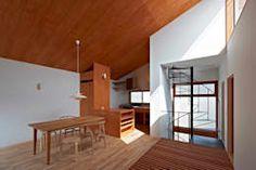階段とインナーバルコニー: (有)菰田建築設計事務所が手掛けた壁・フローリングです。